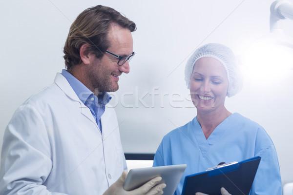 Fogorvos fogászati asszisztens dolgozik digitális tabletta Stock fotó © wavebreak_media