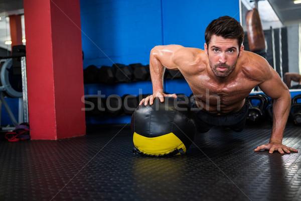 Sin camisa atleta ejercicio pelota retrato Foto stock © wavebreak_media