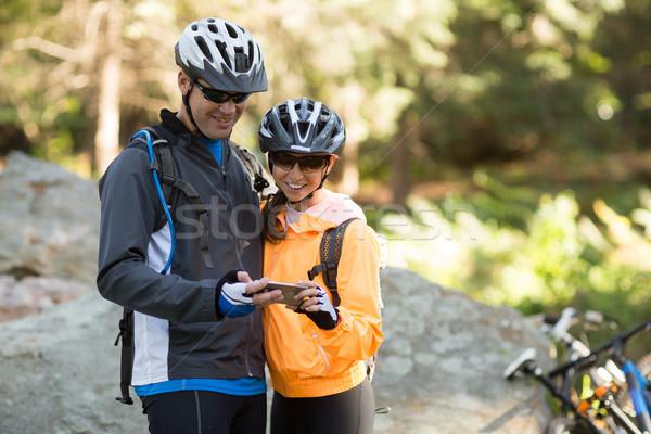 Stock fotó: Motoros · pár · mobiltelefon · erdő · vidék · szeretet