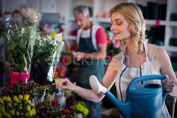 Feminino florista flores regador Foto stock © wavebreak_media