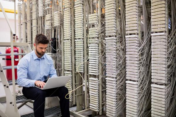 Técnico usando laptop servidor quarto homem rede Foto stock © wavebreak_media