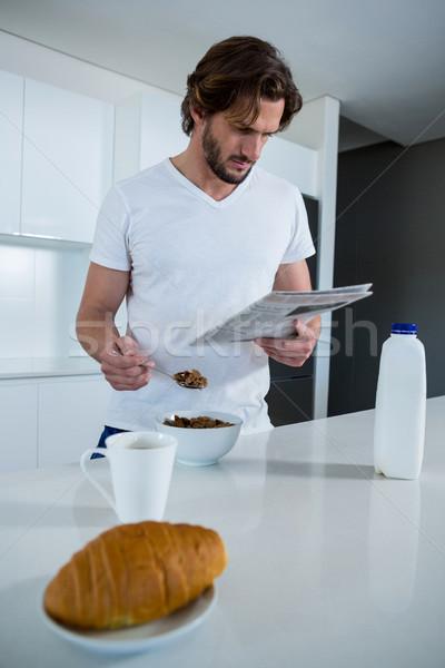 Homem leitura jornal café da manhã cozinha casa Foto stock © wavebreak_media