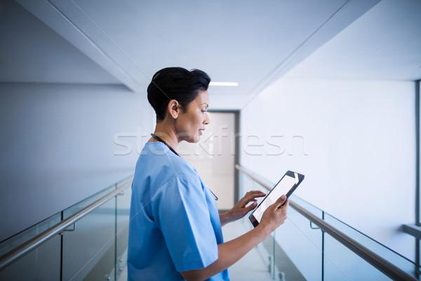 Kobiet pielęgniarki cyfrowe tabletka korytarz szpitala Zdjęcia stock © wavebreak_media