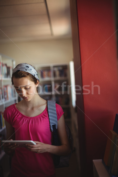 Attento studentessa digitale tablet biblioteca scuola Foto d'archivio © wavebreak_media