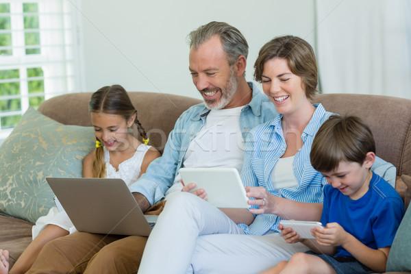 Photo stock: Famille · heureuse · téléphone · portable · numérique · comprimé · portable · salon