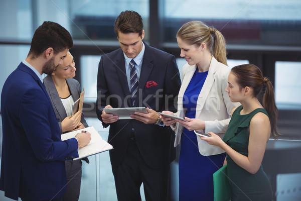 üzlet cégvezetők elektronikus eszközök folyosó iroda Stock fotó © wavebreak_media
