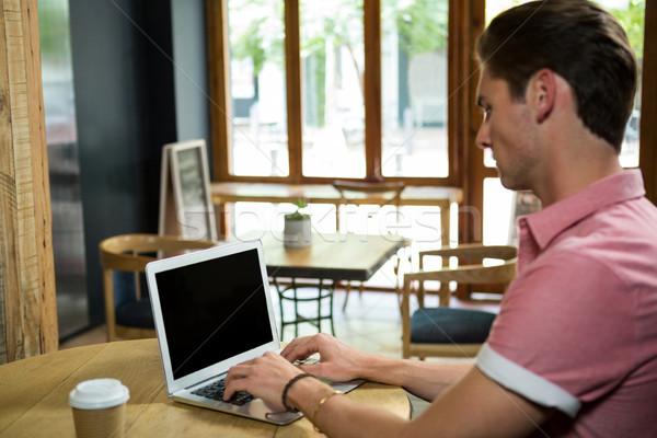 男 ラップトップを使用して 表 コーヒーショップ 食品 技術 ストックフォト © wavebreak_media