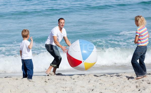 Felice padre bambini giocare palla spiaggia Foto d'archivio © wavebreak_media