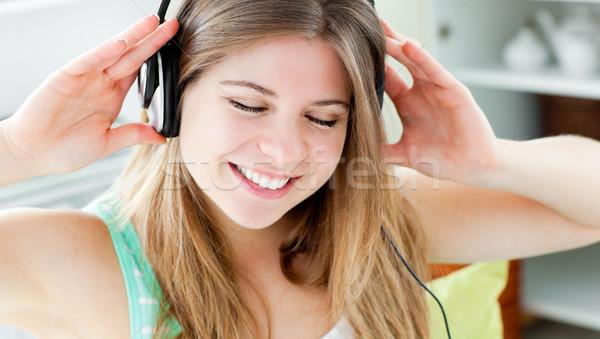 Stockfoto: Jonge · vrouw · luisteren · naar · muziek · hoofdtelefoon · home · huis · leuk