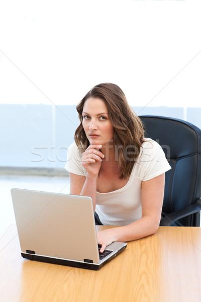 Vonzó üzletasszony dolgozik laptop asztal iroda Stock fotó © wavebreak_media