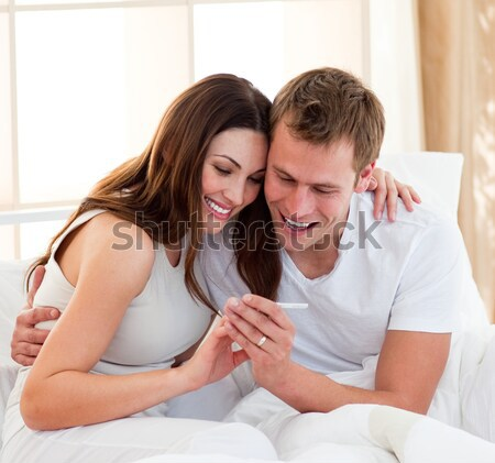 Boldog pár terhességi teszt ül ágy otthon Stock fotó © wavebreak_media