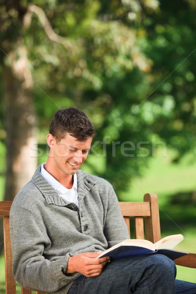 Fiatalember olvas könyv pad nyár zöld Stock fotó © wavebreak_media