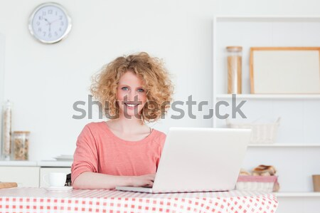 Bela mulher café da manhã relaxante laptop cozinha computador Foto stock © wavebreak_media