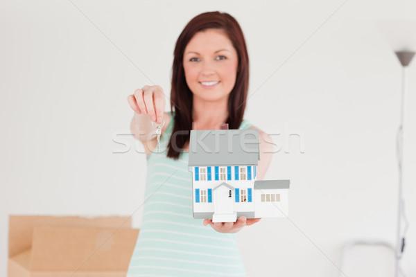 Stok fotoğraf: Iyi · görünümlü · kadın · minyatür · ev · ayakta
