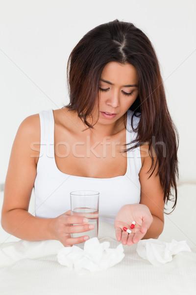 Femme froid séance lit pilules Photo stock © wavebreak_media