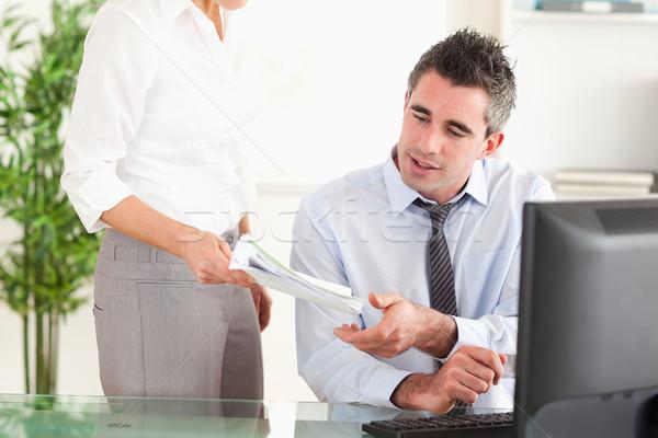 üzletember irat titkárnő iroda papír igazgató Stock fotó © wavebreak_media