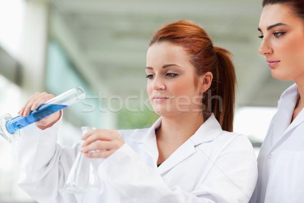 Tudósok áramló folyadék flaska laboratórium nő Stock fotó © wavebreak_media