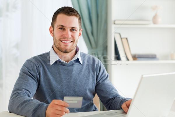 Stock fotó: Mosolyog · fiatal · férfi · hitelkártya · laptop · számítógép