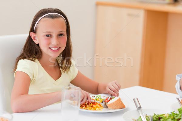 Gülen kız akşam yemeği yemek masası salata mutluluk Stok fotoğraf © wavebreak_media