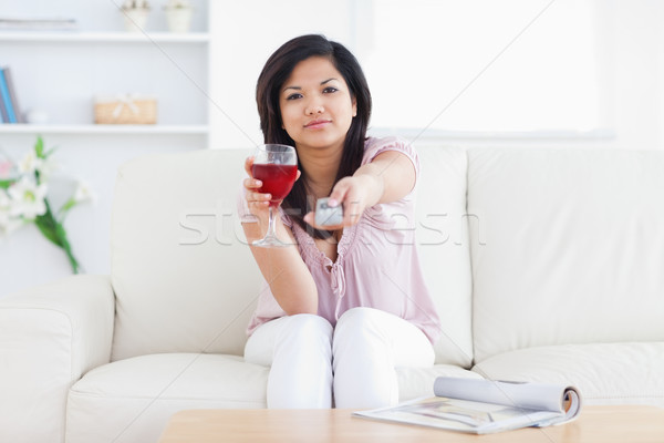 женщину стекла вино телевидение удаленных гостиной Сток-фото © wavebreak_media