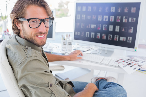 Foto editor sonriendo escritorio moderna oficina Foto stock © wavebreak_media