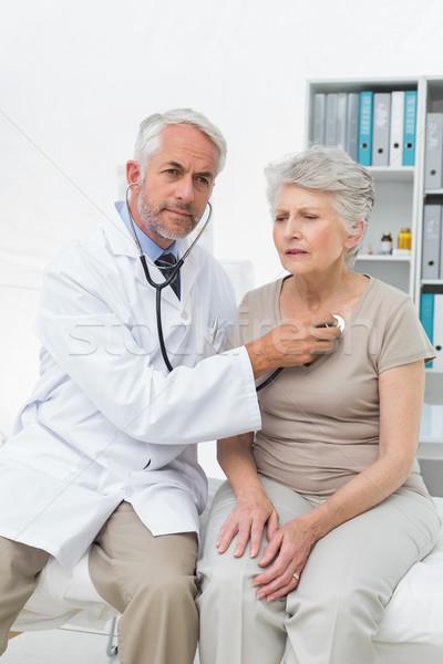 Médecin pulsation stéthoscope médecin de sexe masculin supérieurs médicaux Photo stock © wavebreak_media