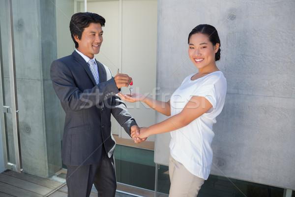 Agent immobilier maison clé acheteur à l'extérieur homme Photo stock © wavebreak_media