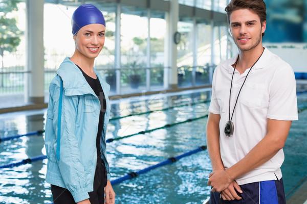 Bastante sonriendo cámara piscina entrenador Foto stock © wavebreak_media