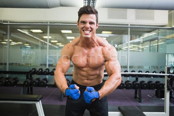 Półnagi muskularny człowiek mięśni siłowni portret Zdjęcia stock © wavebreak_media