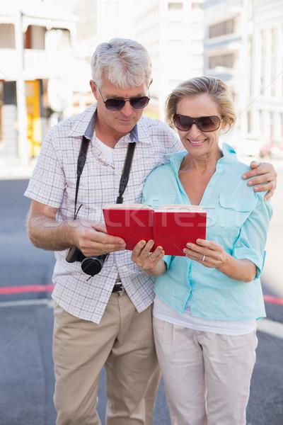 Gelukkig toeristische paar tour begeleiden boek Stockfoto © wavebreak_media