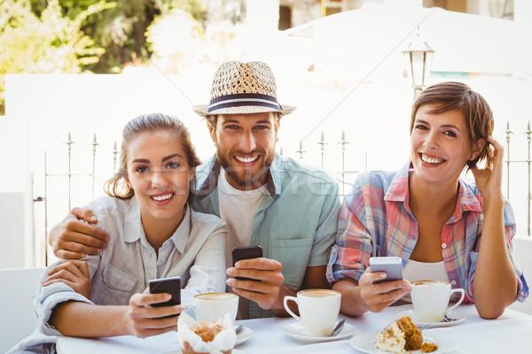 Gelukkig vrienden genieten koffie samen buiten Stockfoto © wavebreak_media