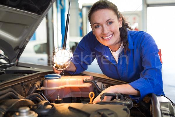 Szerelő mosolyog kamera zseblámpa javítás garázs Stock fotó © wavebreak_media