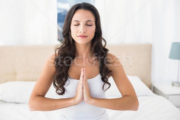брюнетка йога кровать домой спальня Сток-фото © wavebreak_media