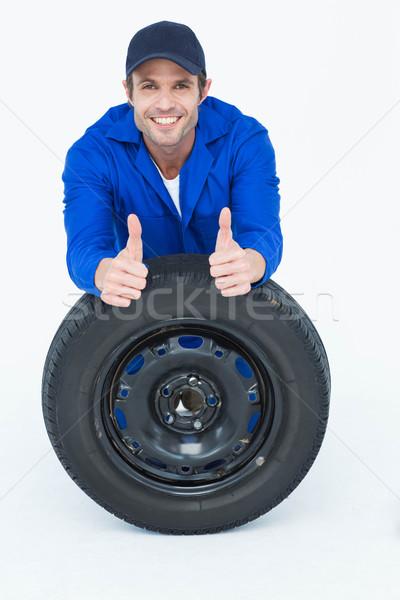 Szerelő dől autógumi gesztikulál remek portré Stock fotó © wavebreak_media