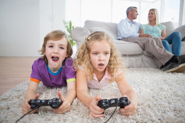 Stockfoto: Broers · en · zussen · spelen · video · game · ouders · vergadering · sofa