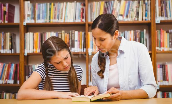 Tanár lány olvas könyv könyvtár női Stock fotó © wavebreak_media