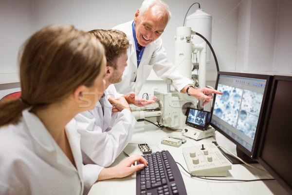 Ciência estudantes olhando microscópico imagem computador Foto stock © wavebreak_media