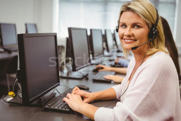 Sorridente call center agente falante fone escritório Foto stock © wavebreak_media