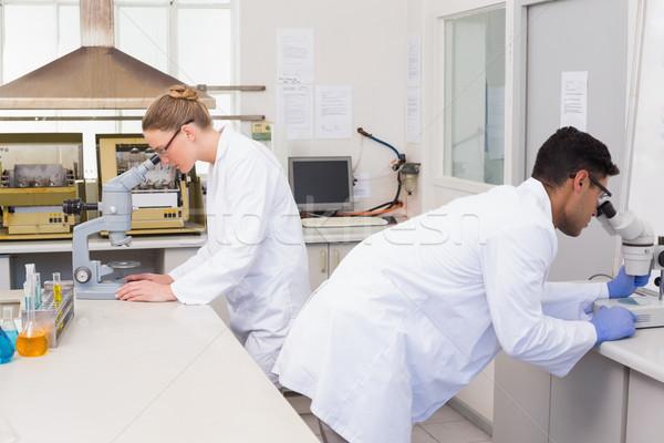 Cientistas microscópio laboratório mulher tecnologia ciência Foto stock © wavebreak_media