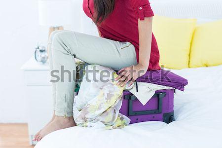 Mulher fechar mala cama mãos seis Foto stock © wavebreak_media