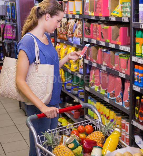 Pretty woman smartphone produktu półka supermarket kobieta Zdjęcia stock © wavebreak_media