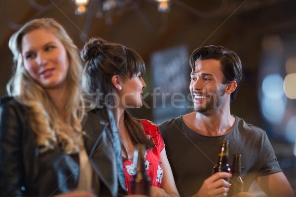Foto stock: Sonriendo · amigos · mirando · otro · cerveza