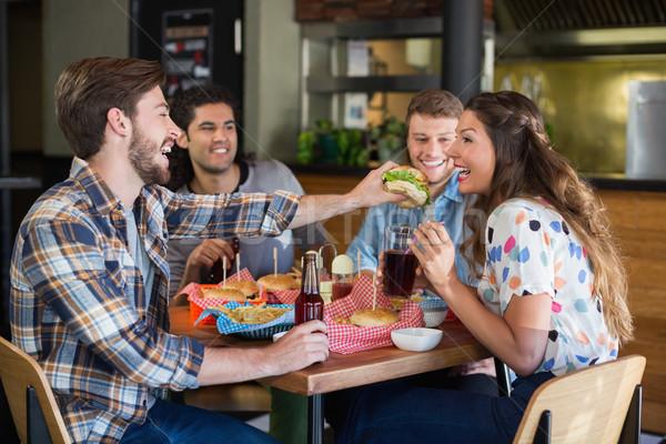 Jeune homme Burger ami restaurant heureux Photo stock © wavebreak_media