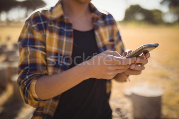 Homem telefone móvel em pé campo céu Foto stock © wavebreak_media