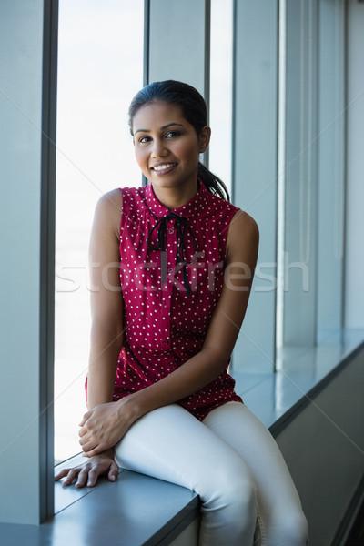 Stockfoto: Portret · uitvoerende · vergadering · vensterbank · kantoor · vrouwelijke