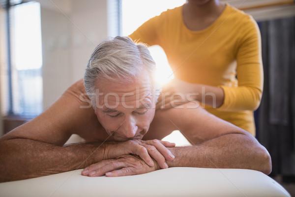 Shirtless mannelijke patiënt bed nek massage Stockfoto © wavebreak_media