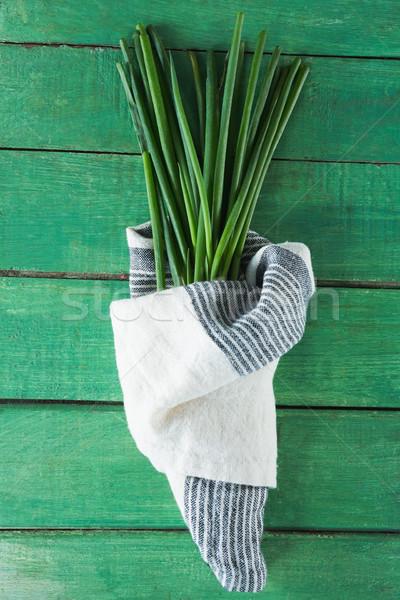 Czosnku szczypiorek drewniany stół zielone tkaniny Zdjęcia stock © wavebreak_media