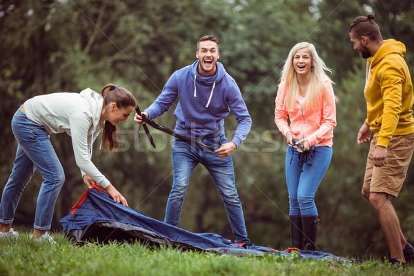 Felice amici up tenda campagna uomo Foto d'archivio © wavebreak_media