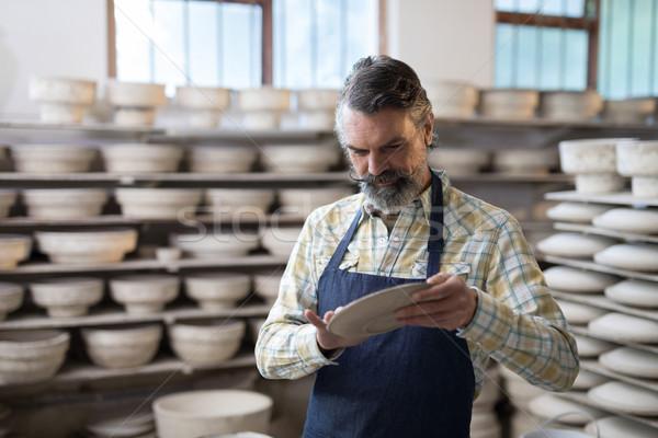 Homme plaque poterie atelier affaires homme Photo stock © wavebreak_media