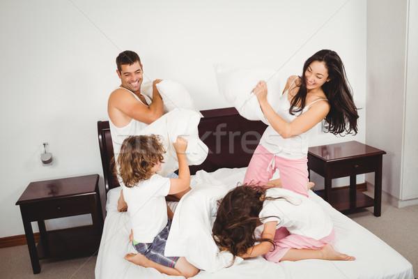 Famiglia cuscino letto home Foto d'archivio © wavebreak_media